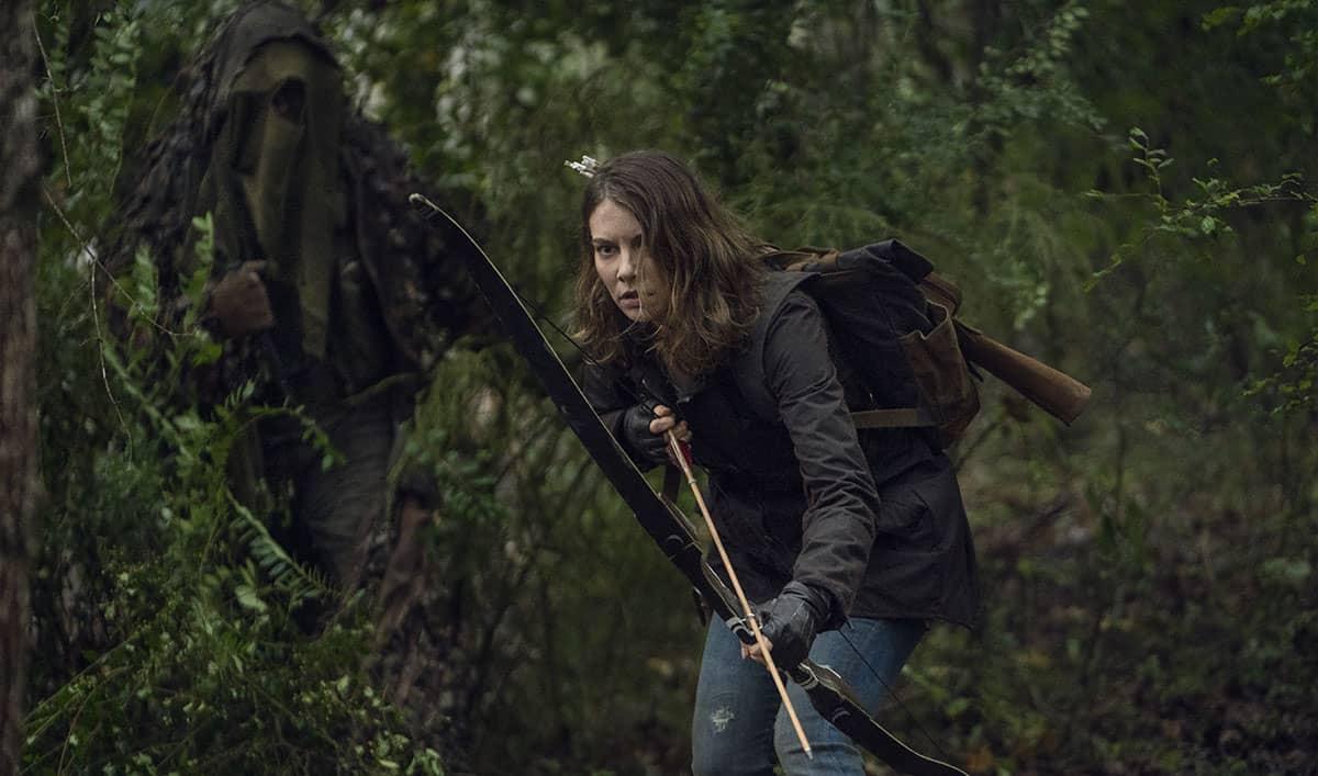 Maggie (Lauren Cohan) con su nueva arma, el arco, en The Walking Dead S10E17
