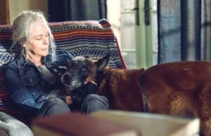 Carol (Melissa McBride) y Dog en The Walking Dead 10x21 Diverged