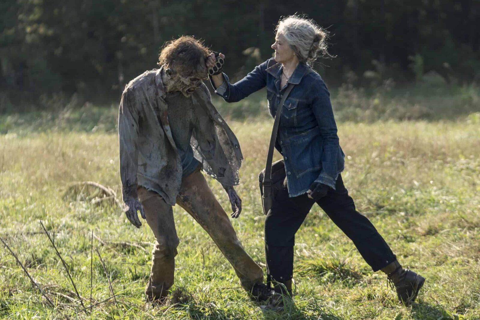 Carol (Melissa McBride) matando un caminante en The Walking Dead 10x21 Diverged