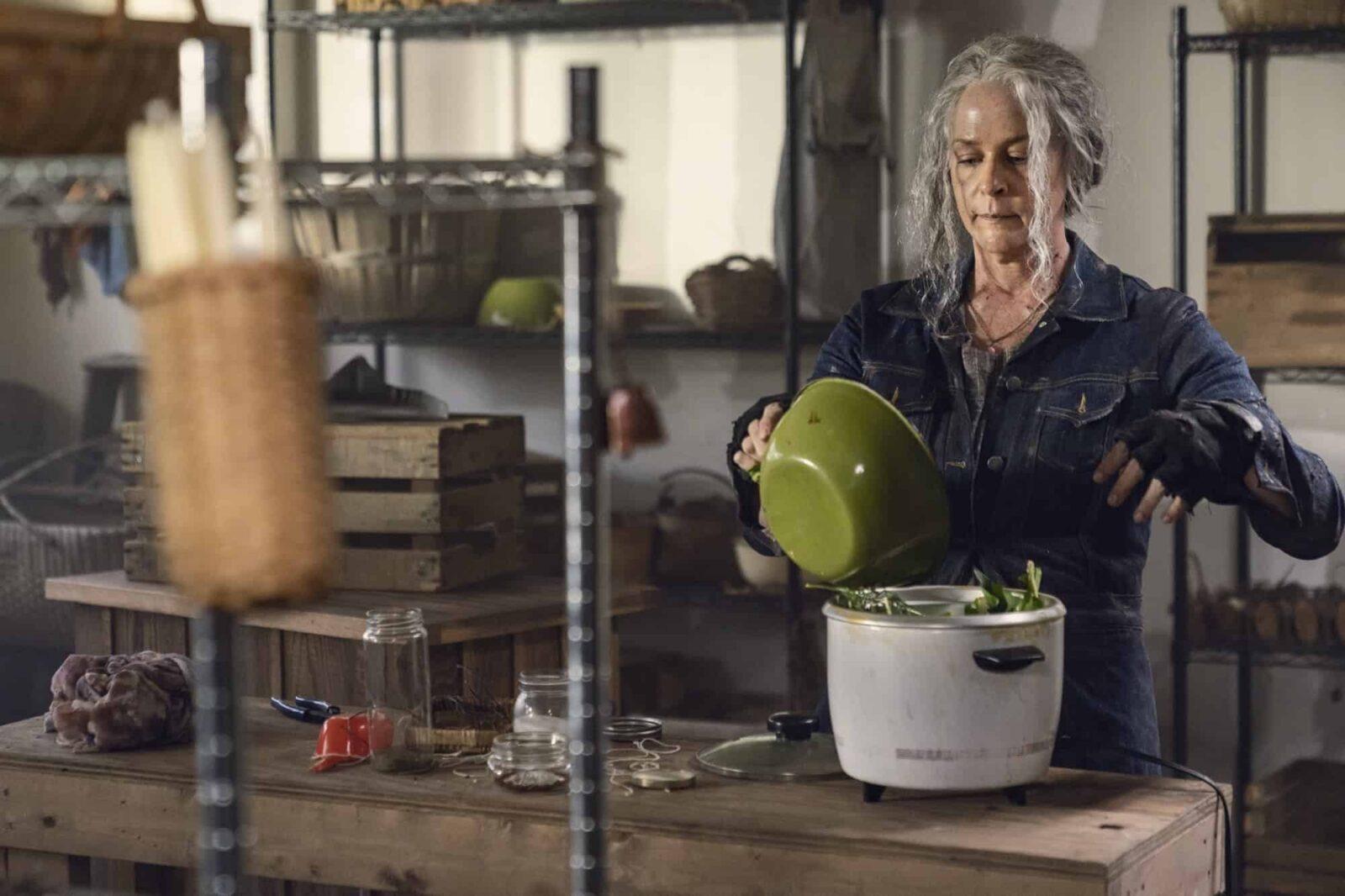 Carol (Melissa McBride) cocinando en The Walking Dead 10x21 Diverged