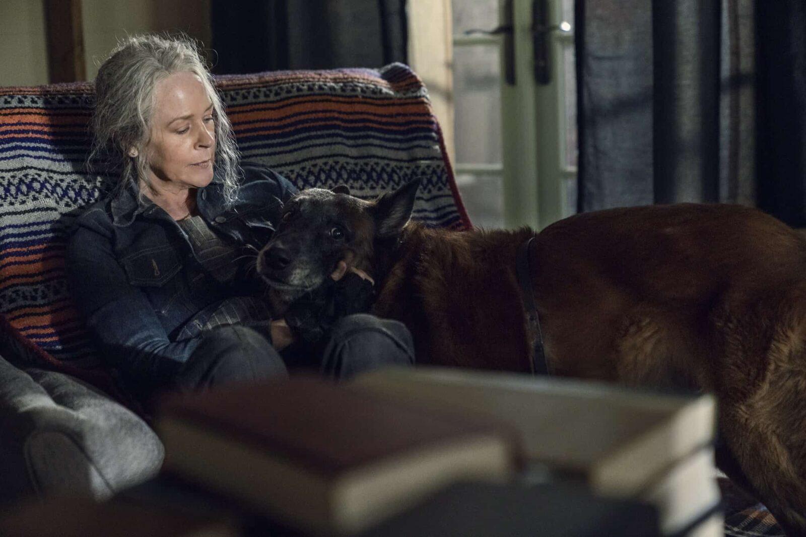 Carol (Melissa McBride) junto a Dog en The Walking Dead 10x21 Diverged