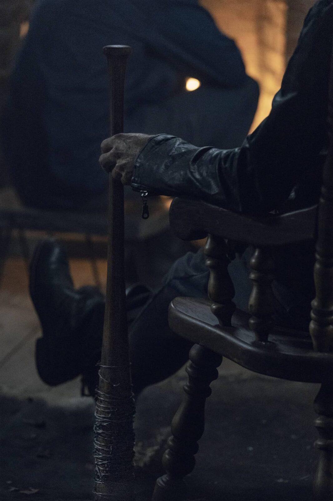 Negan (Jeffrey Dean Morgan) con Lucille en The Walking Dead 10x22 Here's Negan