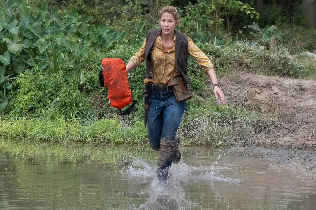 Jenna Elfman como June en Fear The Walking Dead 6.08